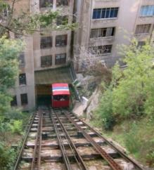 Funicular para subir a los cerros de la ciudad